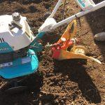 堆肥と元肥えを入れて耕運機で畝たて作業